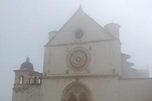 La-Basilica-di-S.Francesco-nella-nebbia-910x1024.jpg