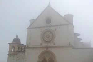 La-Basilica-di-S.Francesco-nella-nebbia